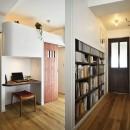 狭さはアイデアで解消!すっきりおしゃれな住まいの写真 ニッチな書棚・ワークスペース