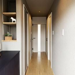 素材の質感を楽しむリノベーション (玄関から廊下)