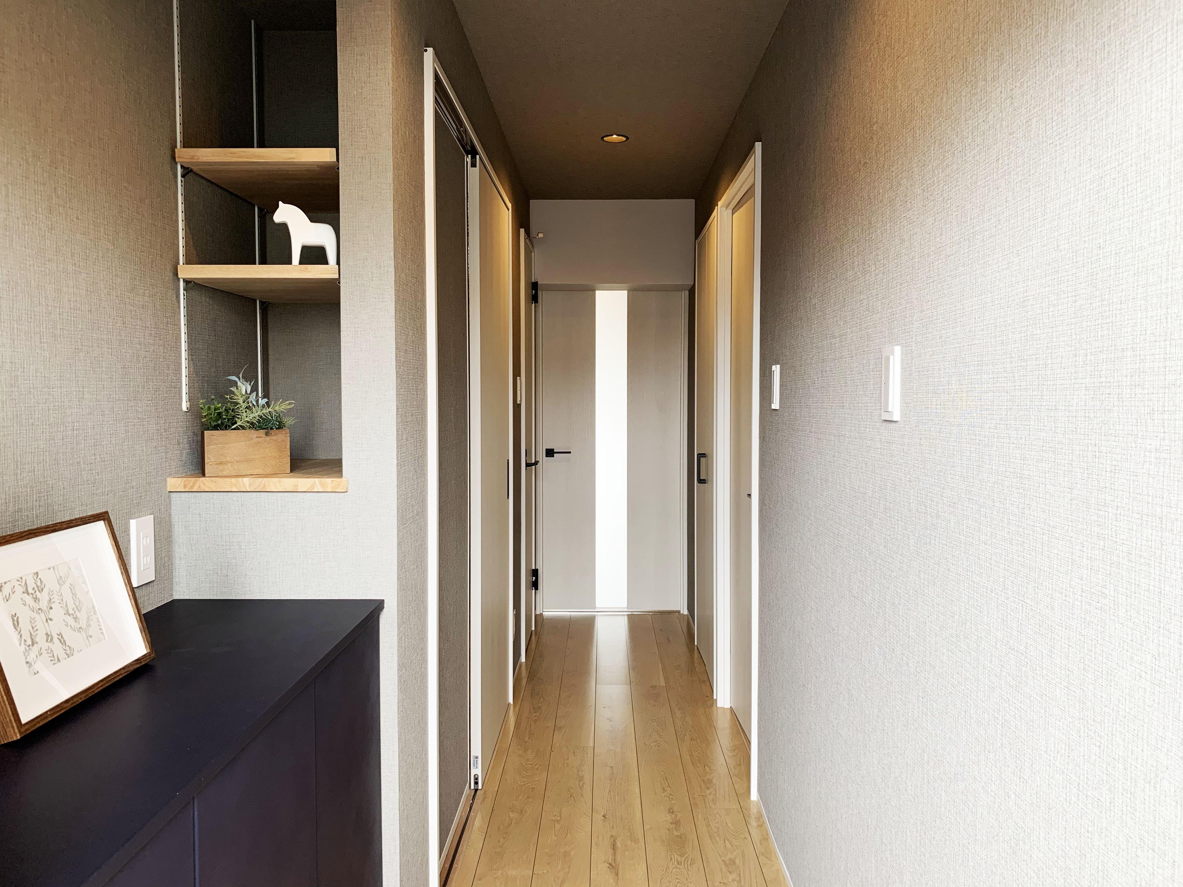玄関事例:玄関から廊下(素材の質感を楽しむリノベーション)