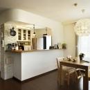 変えられない構造を活かす フレンチスタイルキッチンへの写真 女性らしい柔らかなフォルムのキッチン