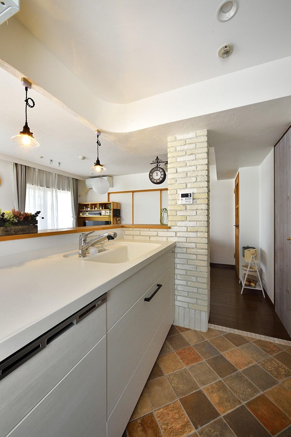 キッチン事例:視界が広いキッチンへ(変えられない構造を活かす フレンチスタイルキッチンへ)