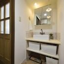 変えられない構造を活かす フレンチスタイルキッチンへの写真 白い木素材で造作した可愛い洗面室