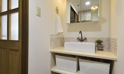 変えられない構造を活かす フレンチスタイルキッチンへ (白い木素材で造作した可愛い洗面室)