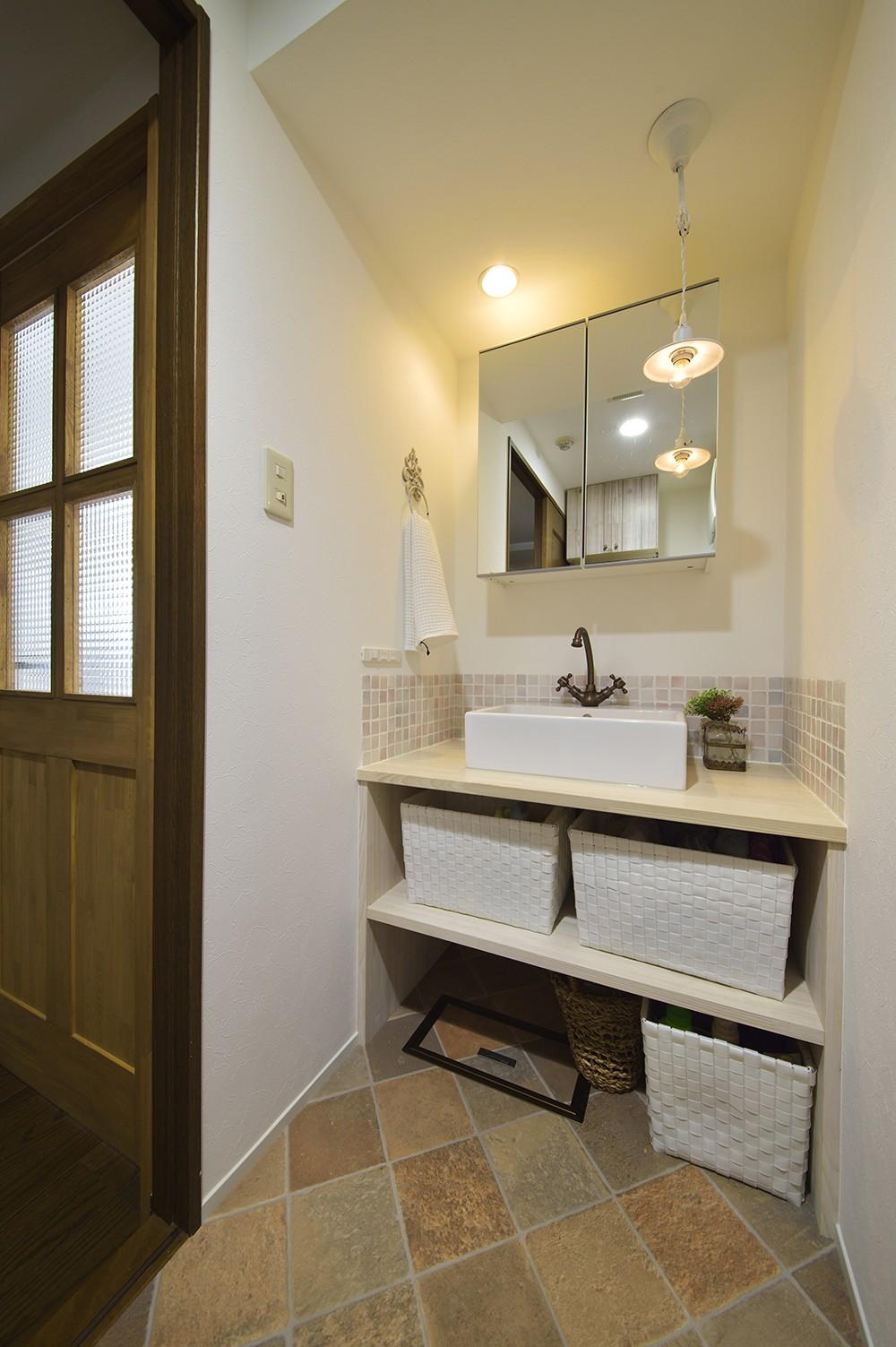 バス/トイレ事例:白い木素材で造作した可愛い洗面室(変えられない構造を活かす フレンチスタイルキッチンへ)