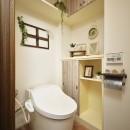 変えられない構造を活かす フレンチスタイルキッチンへの写真 まるで小部屋!寛ぎのトイレ