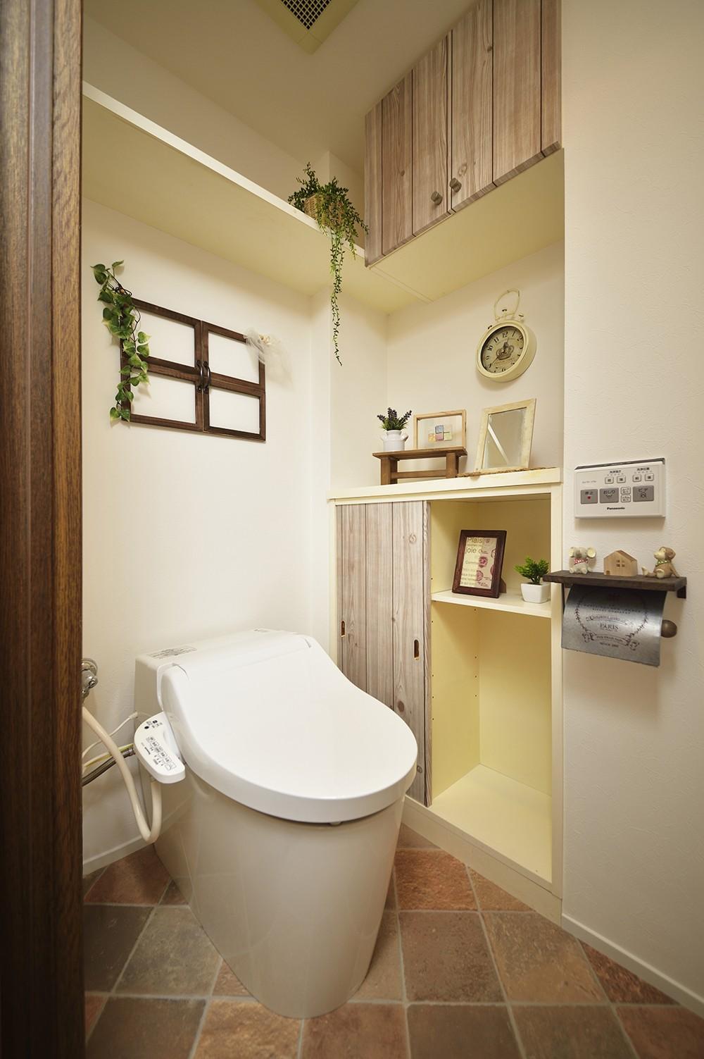 変えられない構造を活かす フレンチスタイルキッチンへ (まるで小部屋!寛ぎのトイレ)