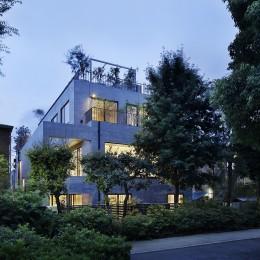 渋谷区I邸 / I House In Shibuya (外観夕景)