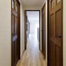 造り付け家具で室内一新の写真 リビングとデザイン統一された廊下