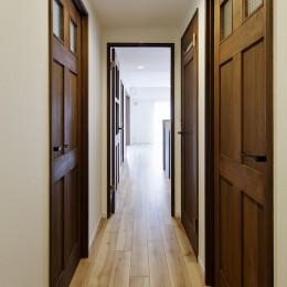 造り付け家具で室内一新 (リビングとデザイン統一された廊下)