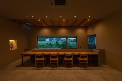 川沿いのカフェ (カウンター席)