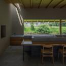川沿いのカフェの写真 カウンター席