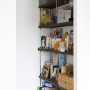 K邸-「子どもを怒らない家」は大人にとっても心地よいの写真 本棚
