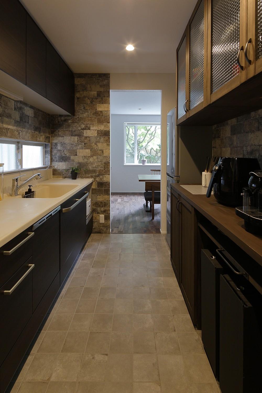 キッチン事例:石のタイルが印象的な和モダンのキッチン(古都を感じる住まい 鎌倉の戸建てリフォーム)