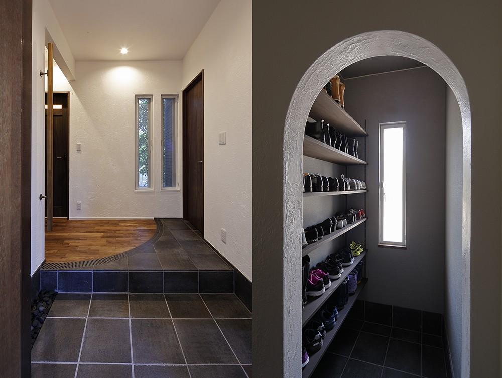 玄関事例:「縦長の窓」が上質な装いの玄関(古都を感じる住まい 鎌倉の戸建てリフォーム)
