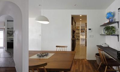 古都を感じる住まい 鎌倉の戸建てリフォーム (キッチンを廻る2WAYの動線)