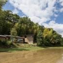 竹林の家/里山と竹林に囲まれながら田園風景を見渡す大らかな住まいの写真 外観/目の前の田んぼは田植えの直後