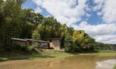 竹林の家/里山と竹林に囲まれながら田園風景を見渡す大らかな住まい (外観/目の前の田んぼは田植えの直後)