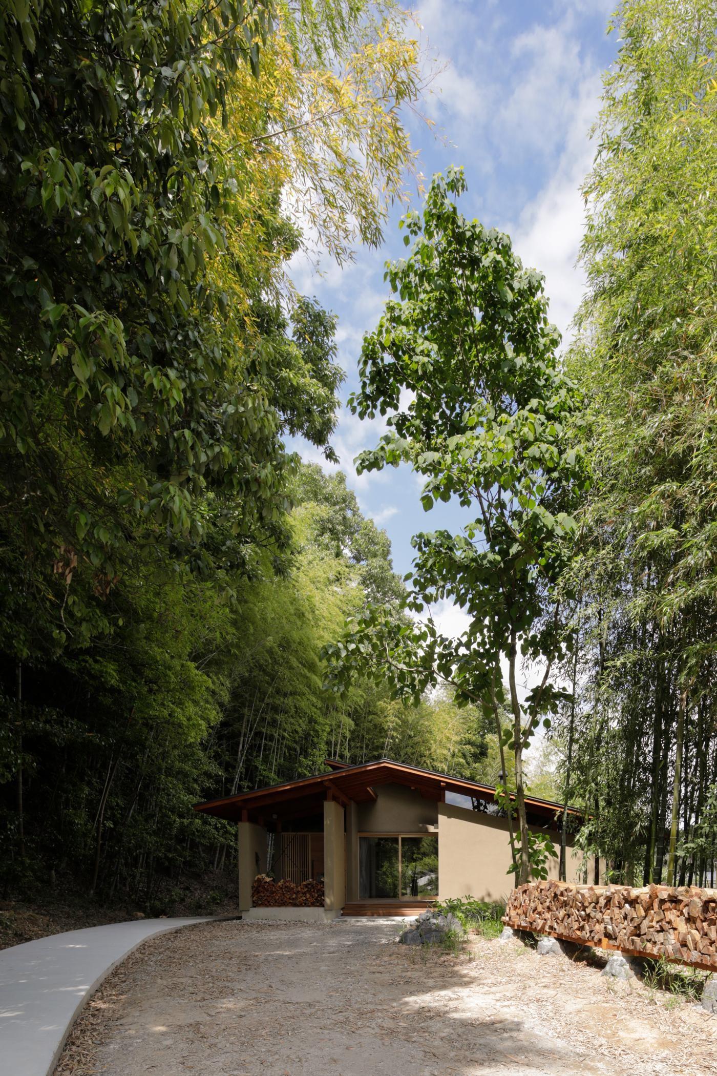 外観事例:竹林の間を抜けていくアプローチ(竹林の家/里山と竹林に囲まれながら田園風景を見渡す大らかな住まい)