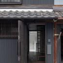 『RE長屋‐ITO2』~新:旧・モダン:和 のコラボ~(古民家再生)の写真 玄関から奥行のある空間を感じる /奥に見えるのはタイル張りの水廻り