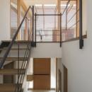 岡本の家/2階テラスを中心とした木の温もりを感じる心地よい住まいの写真 2階のテラスに面した明るい階段