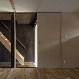 『RE長屋‐ITO2』~新:旧・モダン:和 のコラボ~(古民家再生) (玄関横の部屋から階段をみる /光を抑制した空間はシナ合板で明るく設えている。)
