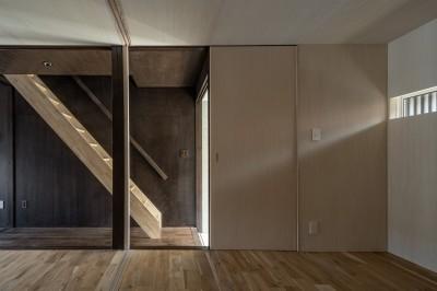 玄関横の部屋から階段をみる /光を抑制した空間はシナ合板で明るく設えている。 (『RE長屋‐ITO2』~新:旧・モダン:和 のコラボ~(古民家再生))