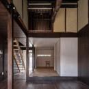 『RE長屋‐ITO2』~新:旧・モダン:和 のコラボ~(古民家再生)の写真 光庭側から玄関側を見る /表しの丸太梁が見られる吹抜けは2階ロフトへつながる