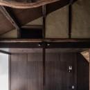 『RE長屋‐ITO2』~新:旧・モダン:和 のコラボ~(古民家再生)の写真 曲がりくねった丸太梁 /木質感とアースカラーの設え
