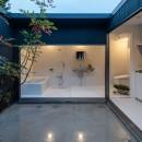 『RE長屋‐ITO2』~新:旧・モダン:和 のコラボ~(古民家再生)の写真 光庭と水廻り・夕景 /白いタイル張りで清潔感を設える