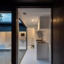 『RE長屋‐ITO2』~新:旧・モダン:和 のコラボ~(古民家再生)の写真 光庭に沿った配置のキッチン /キッチンを抜けたら洗面トイレ浴室へ