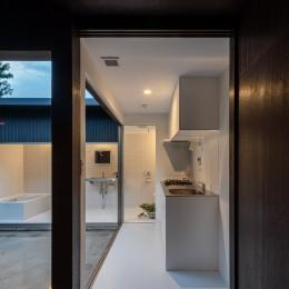 『RE長屋‐ITO2』~新:旧・モダン:和 のコラボ~(古民家再生) (光庭に沿った配置のキッチン /キッチンを抜けたら洗面トイレ浴室へ)
