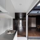 『RE長屋‐ITO2』~新:旧・モダン:和 のコラボ~(古民家再生)の写真 キッチンから玄関側を見返す /既設では通り土間としていた空間