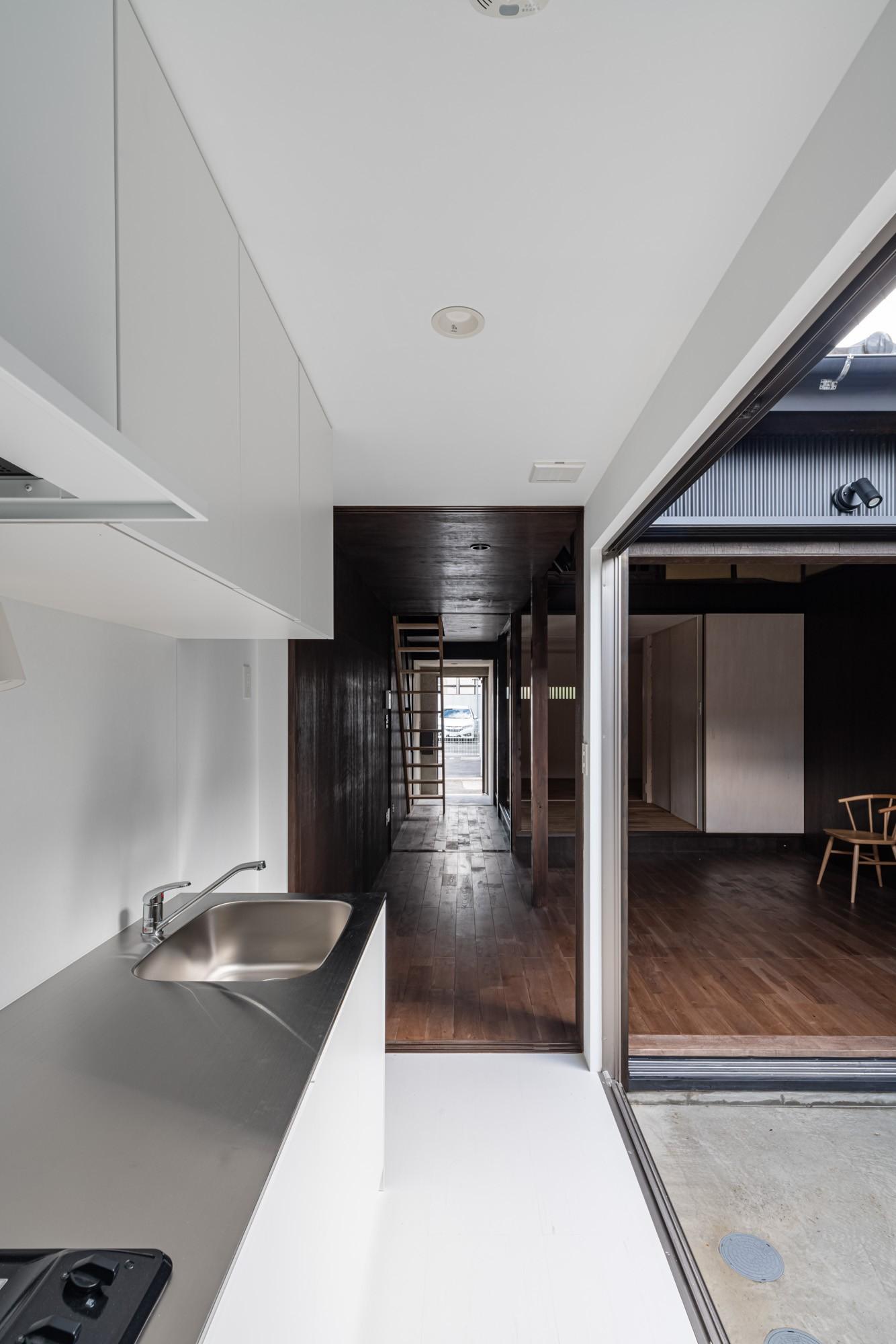キッチン事例:キッチンから玄関側を見返す /既設では通り土間としていた空間(『RE長屋‐ITO2』~新:旧・モダン:和 のコラボ~(古民家再生))