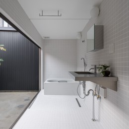 『RE長屋‐ITO2』~新:旧・モダン:和 のコラボ~(古民家再生) (光庭に面した洗面浴室 /白いタイル張りでモダンなデザイン)