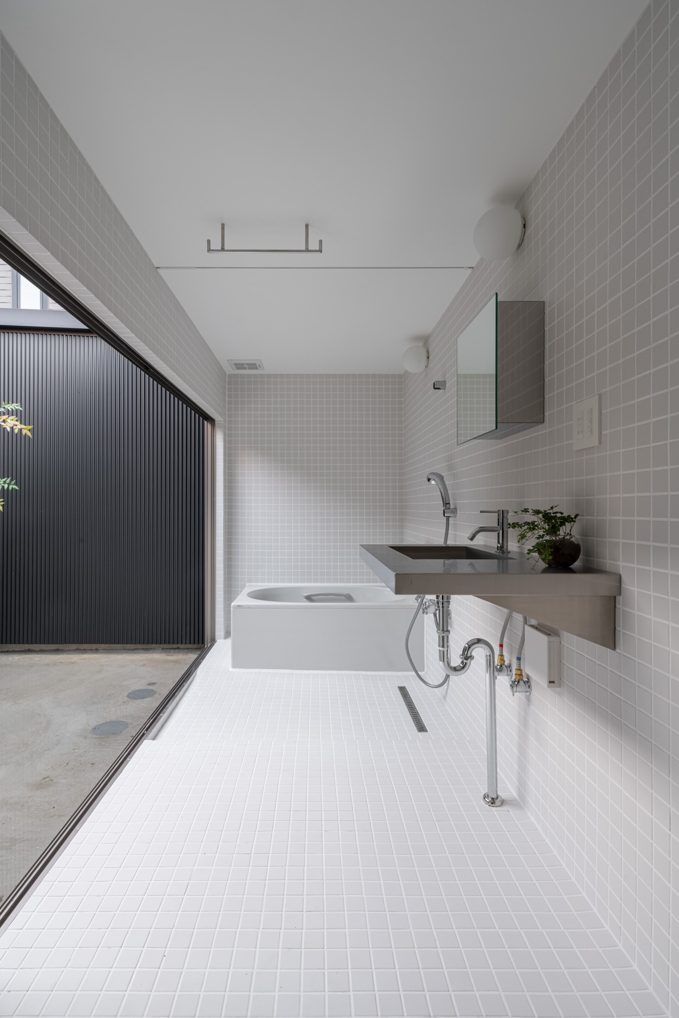 バス/トイレ事例:光庭に面した洗面浴室 /白いタイル張りでモダンなデザイン(『RE長屋‐ITO2』~新:旧・モダン:和 のコラボ~(古民家再生))