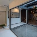 『RE長屋‐ITO2』~新:旧・モダン:和 のコラボ~(古民家再生)の写真 浴室からキッチン・母屋を見る /光庭を挟んで母屋のリビングダイニングとつながる