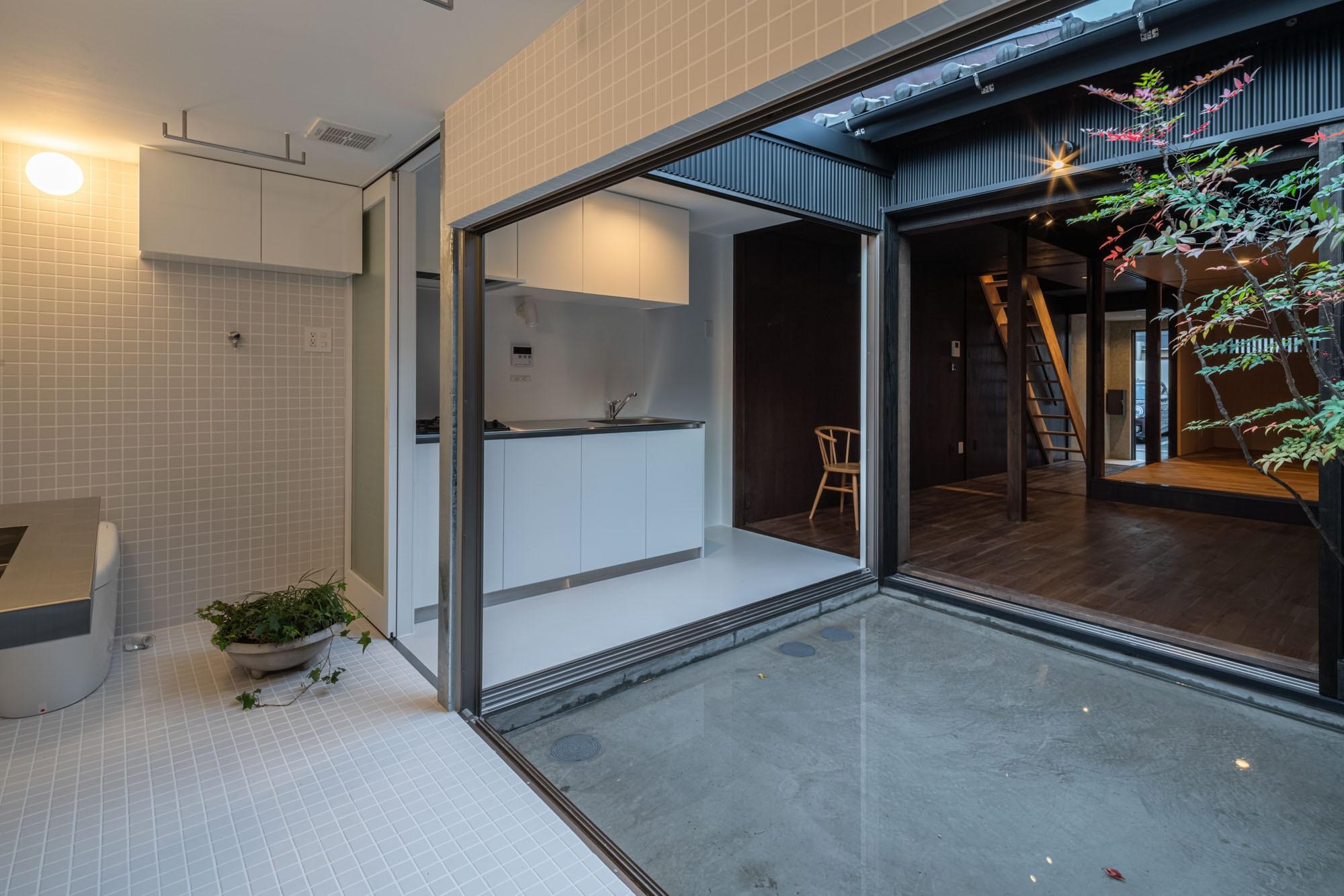 バス/トイレ事例:浴室からキッチン・母屋を見る /光庭を挟んで母屋のリビングダイニングとつながる(『RE長屋‐ITO2』~新:旧・モダン:和 のコラボ~(古民家再生))
