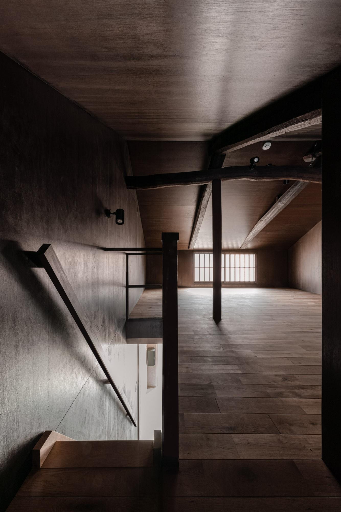 ベッドルーム事例:2階ロフトから階段を見下ろす /小屋組を表したロフト(『RE長屋‐ITO2』~新:旧・モダン:和 のコラボ~(古民家再生))