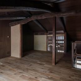 『RE長屋‐ITO2』~新:旧・モダン:和 のコラボ~(古民家再生) (2階ロフトから1階のリビングダイニングへつながる縦格子 /小屋組の丸太梁を活かした空間)