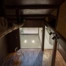 『RE長屋‐ITO2』~新:旧・モダン:和 のコラボ~(古民家再生)の写真 ロフトから1階の光庭を見る  /丸太梁の下のリビング・ダイニングとのつながり