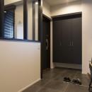 空間を広げる!室内窓活用術の写真 落ち着いた色で統一した玄関
