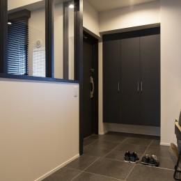 空間を広げる!室内窓活用術 (落ち着いた色で統一した玄関)