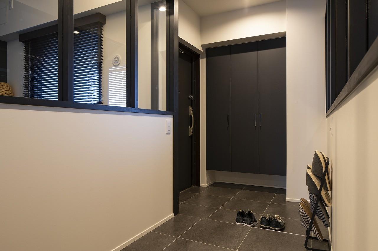 玄関事例:落ち着いた色で統一した玄関(空間を広げる!室内窓活用術)