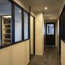 空間を広げる!室内窓活用術の写真 両脇に室内窓がある廊下