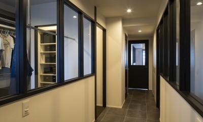空間を広げる!室内窓活用術 (両脇に室内窓がある廊下)