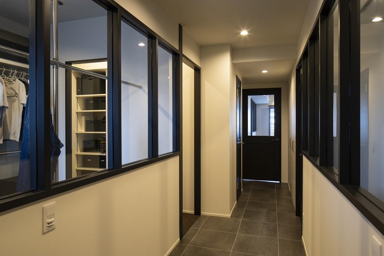 その他事例:両脇に室内窓がある廊下(空間を広げる!室内窓活用術)