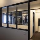 空間を広げる!室内窓活用術の写真 寝室からの風景も特徴的