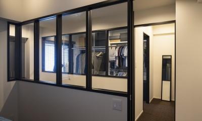 空間を広げる!室内窓活用術 (寝室からの風景も特徴的)