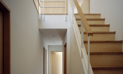 あざみ野南の住宅 / 一体空間の中に様々な居場所を設ける (階段、吹き抜け)