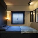 空間を広げる!室内窓活用術の写真 採光ばっちり!のベッドルーム
